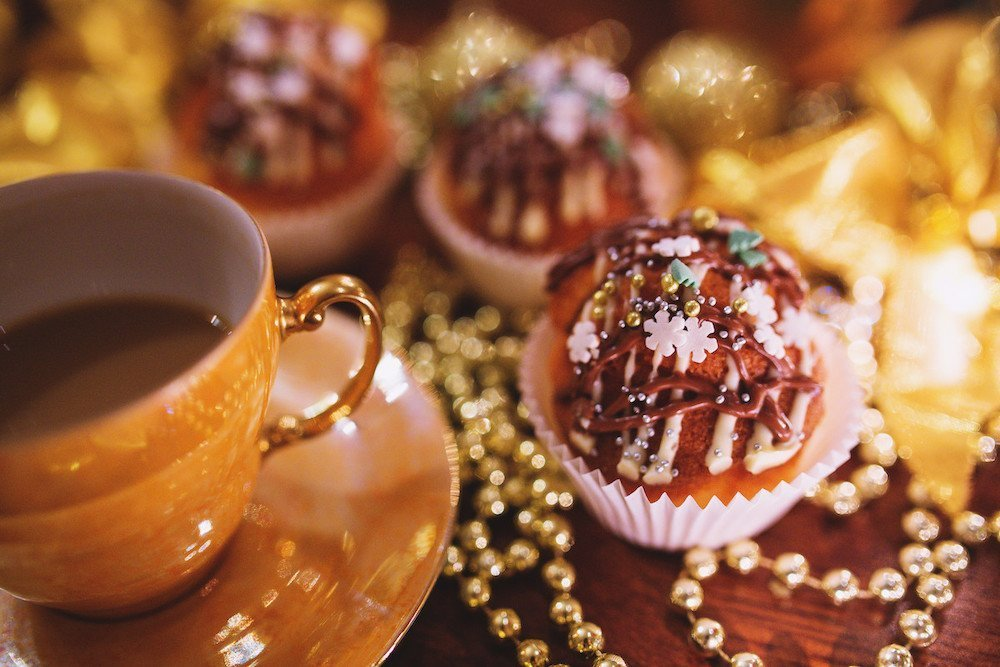 This is how to make your home smell like coffee. Pretty coffee cup and cupcakes